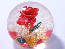 水晶球里的红玫瑰
