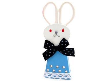 扛着大剪刀的兔子